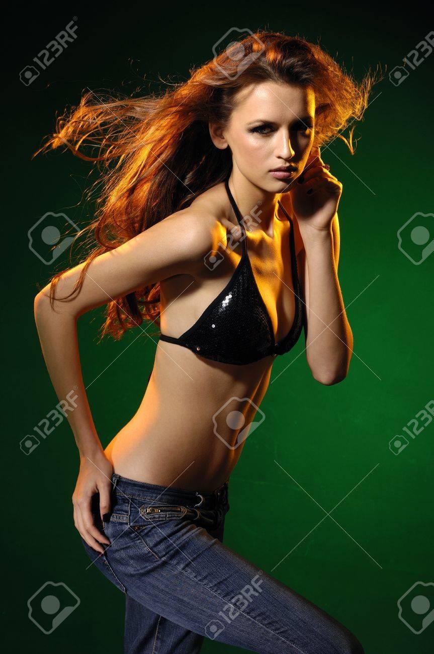 Сексуально танцует в красивом белье 23 фотография