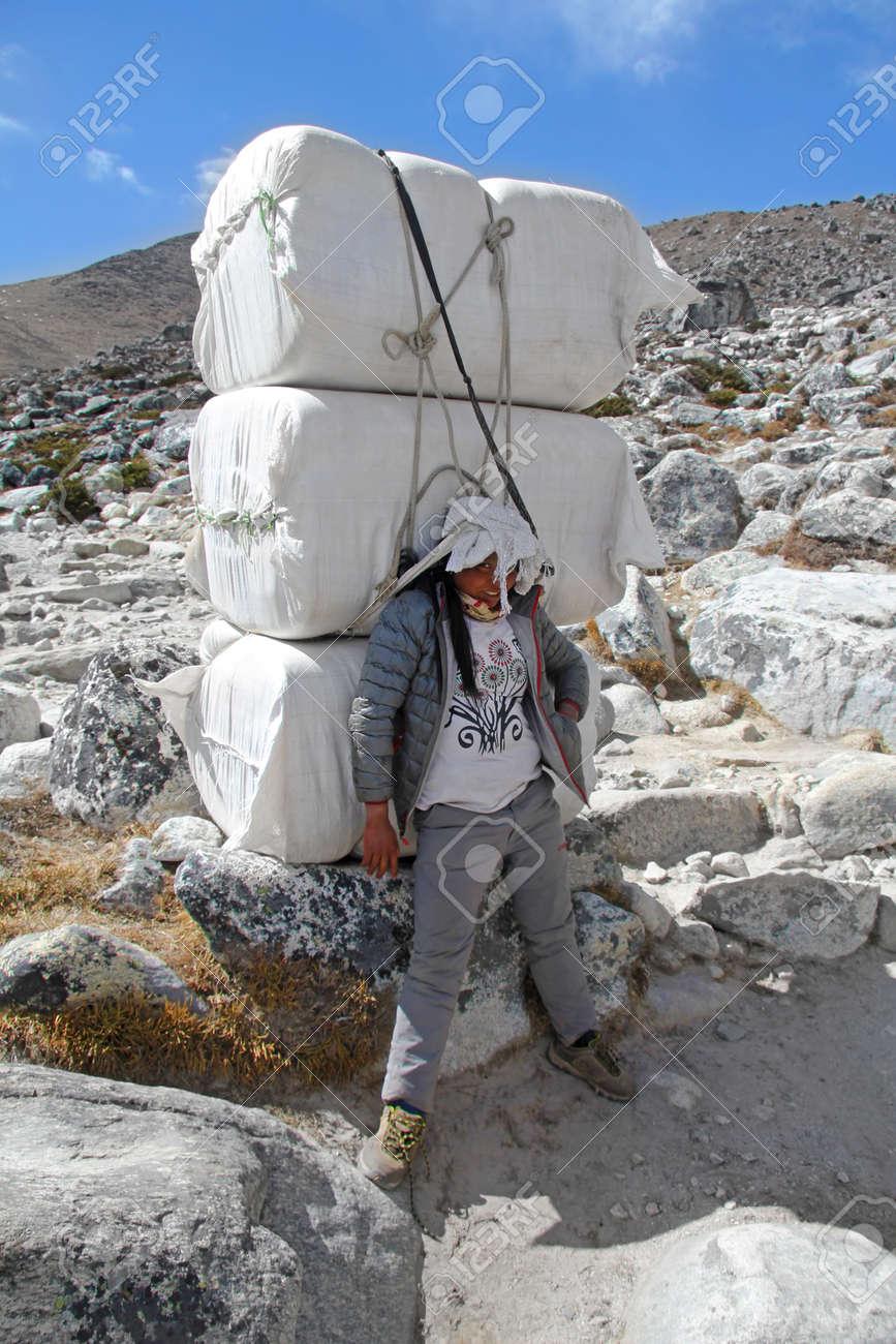 EVEREST CAMP, PARC NATIONAL, NÉPAL - 15 AVRIL 2017. Porteuse Sherpa Transportant Des Sacs Lourds Dans L'Himalaya à Everest Base Camp Trek, Népal. Les Sherpas Sont Des Alpinistes D'élite Et Des Experts
