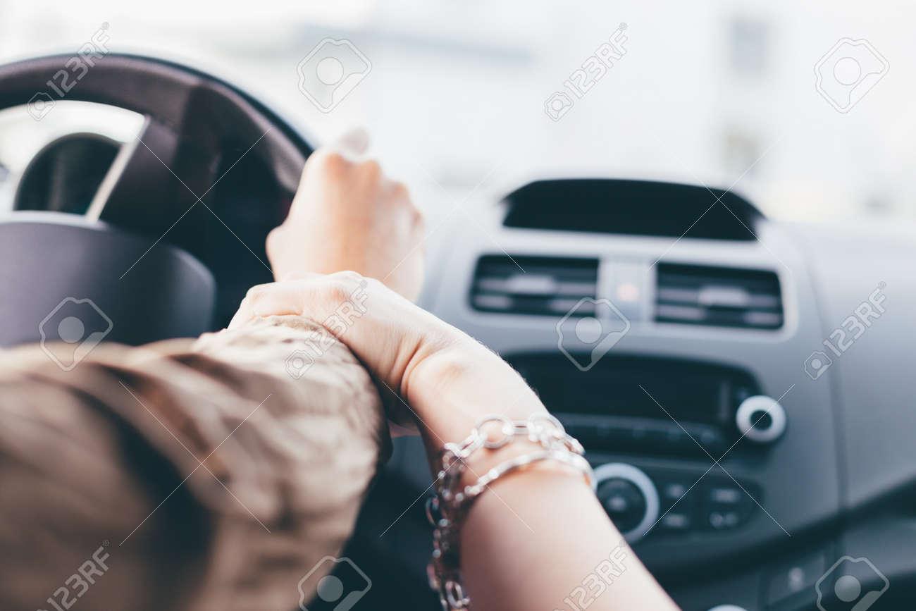 Nahaufnahme Von Den Freundinnen Die Mit Dem Auto Und Dem