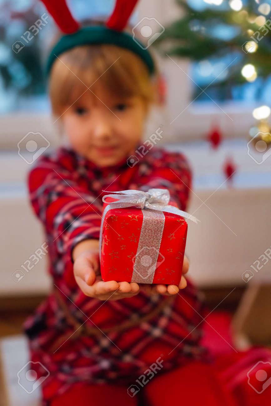 Kleines Mädchen , Das In Ihrem Haus Hält Weihnachtsgeschenke Sitzt ...