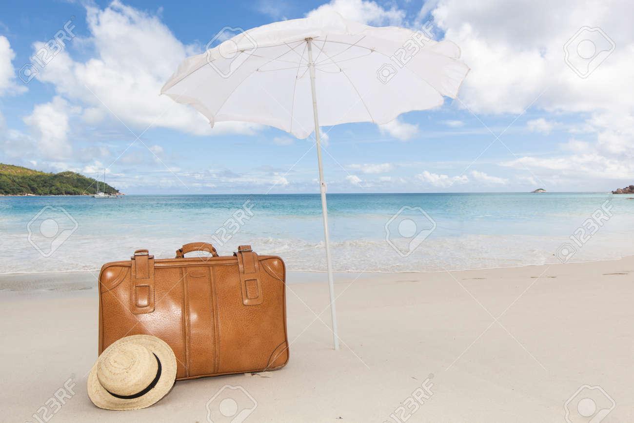 Reise Konzept Mit Einem Vintage Braunen Koffer Und Einem Stroh