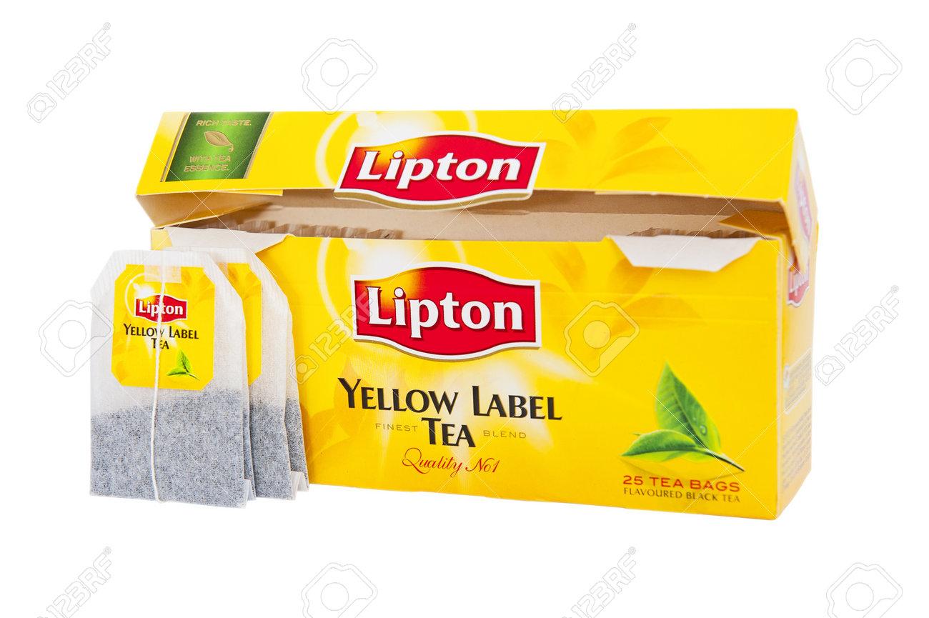 La Boite Jaune Prix lipton thé boîte jaune d'étiquettes avec un thé en sachets classiques  isolés sur le fond blanc. lipton yellow label est un mélange de feuilles de  thé