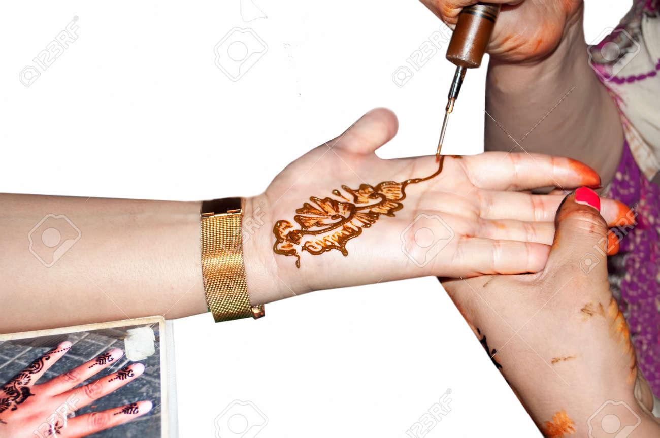 Maquilleur Application D Un Tatouage Au Henne Sur La Main D Une Femme Banque D Images Et Photos Libres De Droits Image 50610859