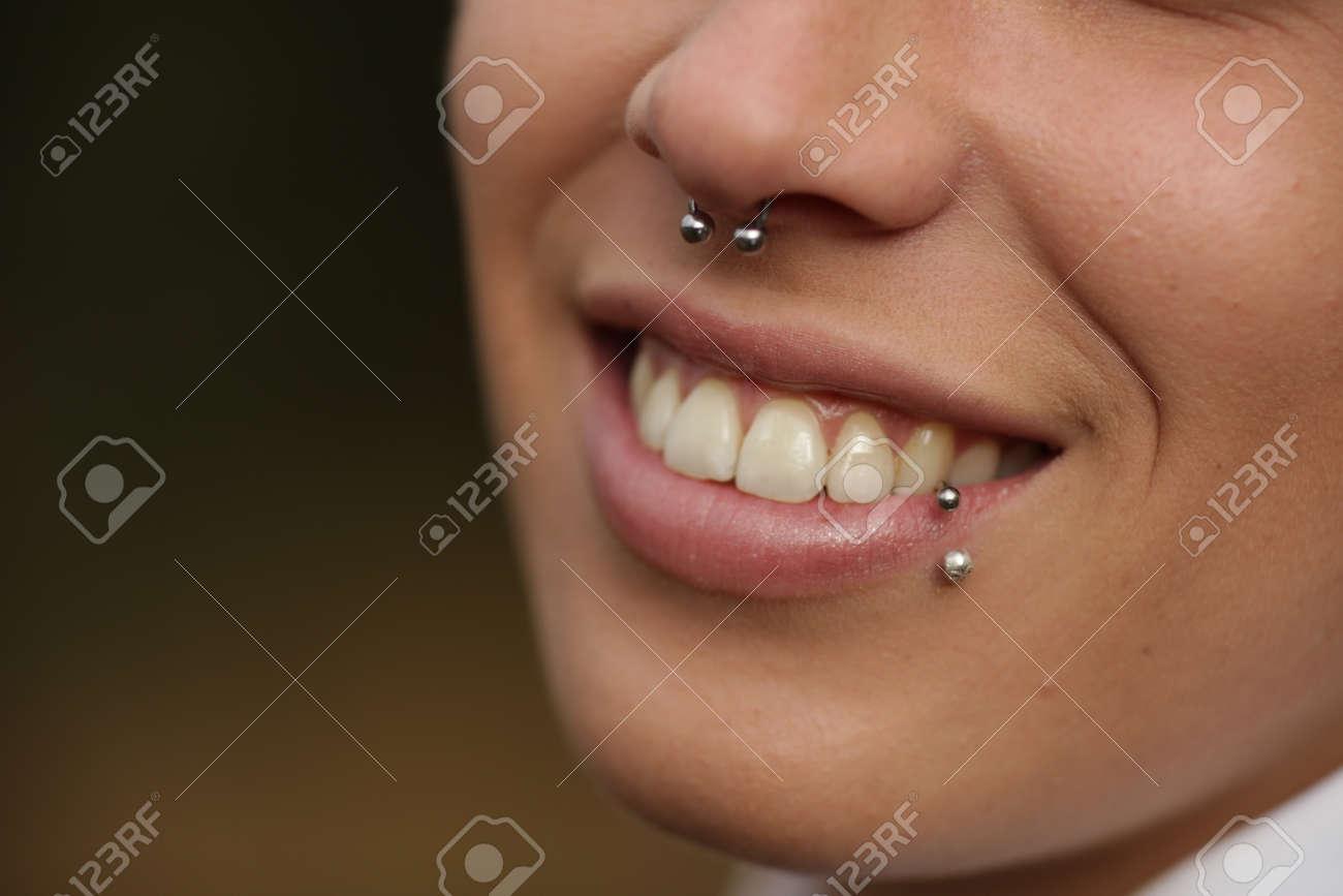Sonrisa Con Dientes Mujer Con La Perforación En La Nariz Y El Labio