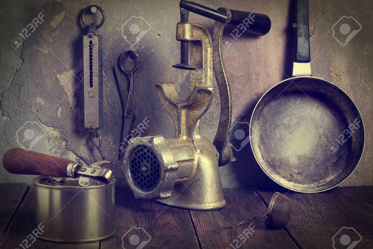 Immagini Stock - Collezione Di Vecchi Utensili Da Cucina Dei Secoli ...