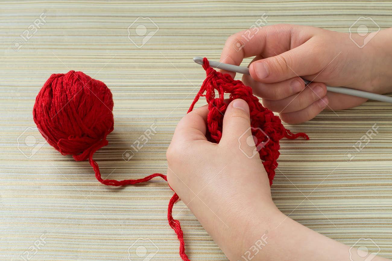 Kleines Mädchen Lernt Zu Häkeln Baby Hand Stricken Häkeln Rotem