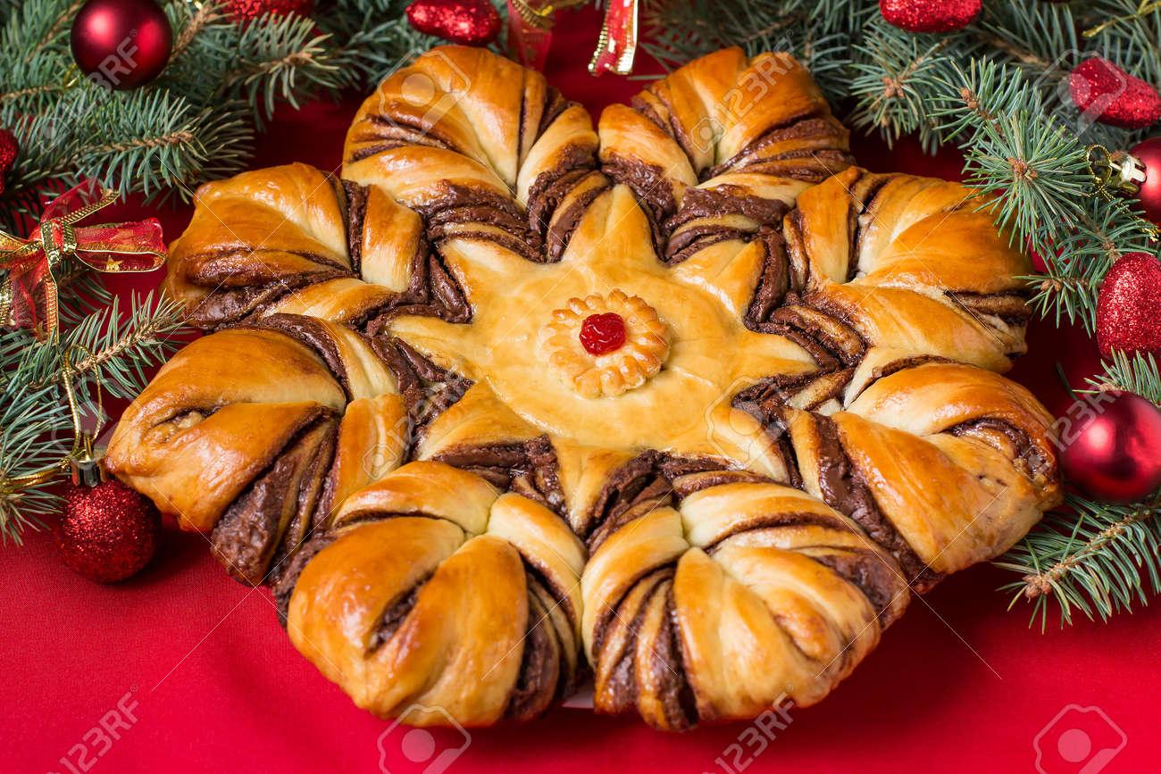 Gâteau Fait Maison Créatif De Pâte à Levure Remplie De Chocolat. Le Gâteau  Festif Original Sous La Forme Du0027étoile Sur Le Fond De Branche Arbre De Noël  Avec ...