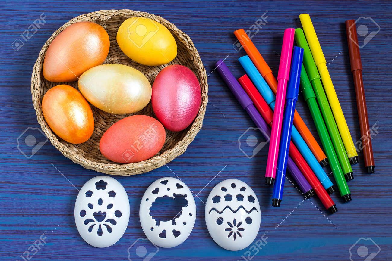 Zeichnen Auf Ostereier Mit Schablonen. Kinder Kunstprojekt. DIY ...