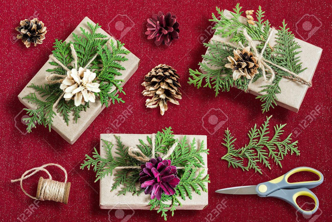 Décoration De Boîte De Cadeau Maison Pour Noël. Passe Temps De Bricolage.  Les Boîtes Sont Emballées Dans Du Papier Kraft, Attachées Avec De La  Ficelle Avec ...