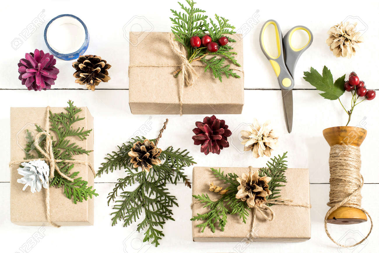 Decoration De Boite De Cadeau Maison Pour Noel Passe Temps De Bricolage Les Boites Sont Emballees Dans Du Papier Kraft Attachees Avec De La Ficelle