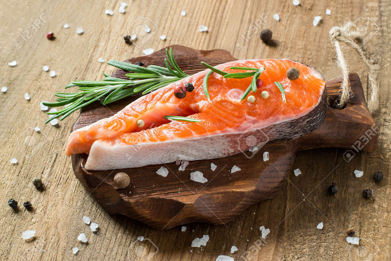 Bistecca Di Salmone Fresco Crudo E Ingredienti Per Cucinare (pepe ...