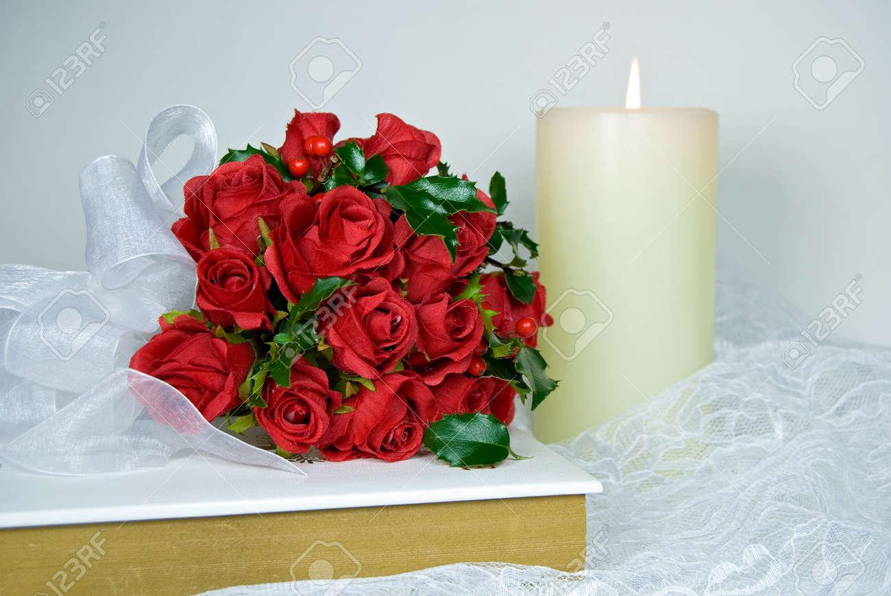 Weihnachten Brautstrauß Mit Rosen Und Holly. Lizenzfreie Fotos ...
