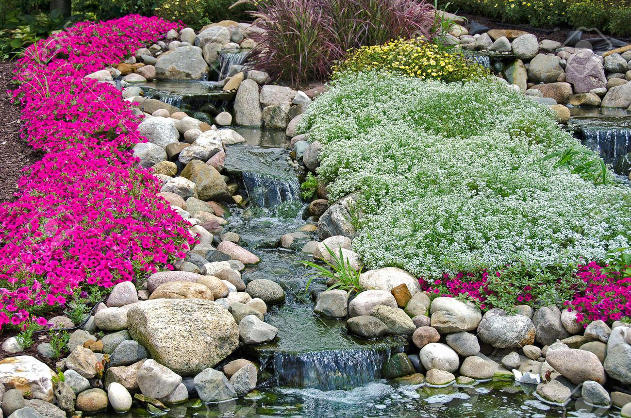Chutes d\'eau dans un jardin de rocaille été