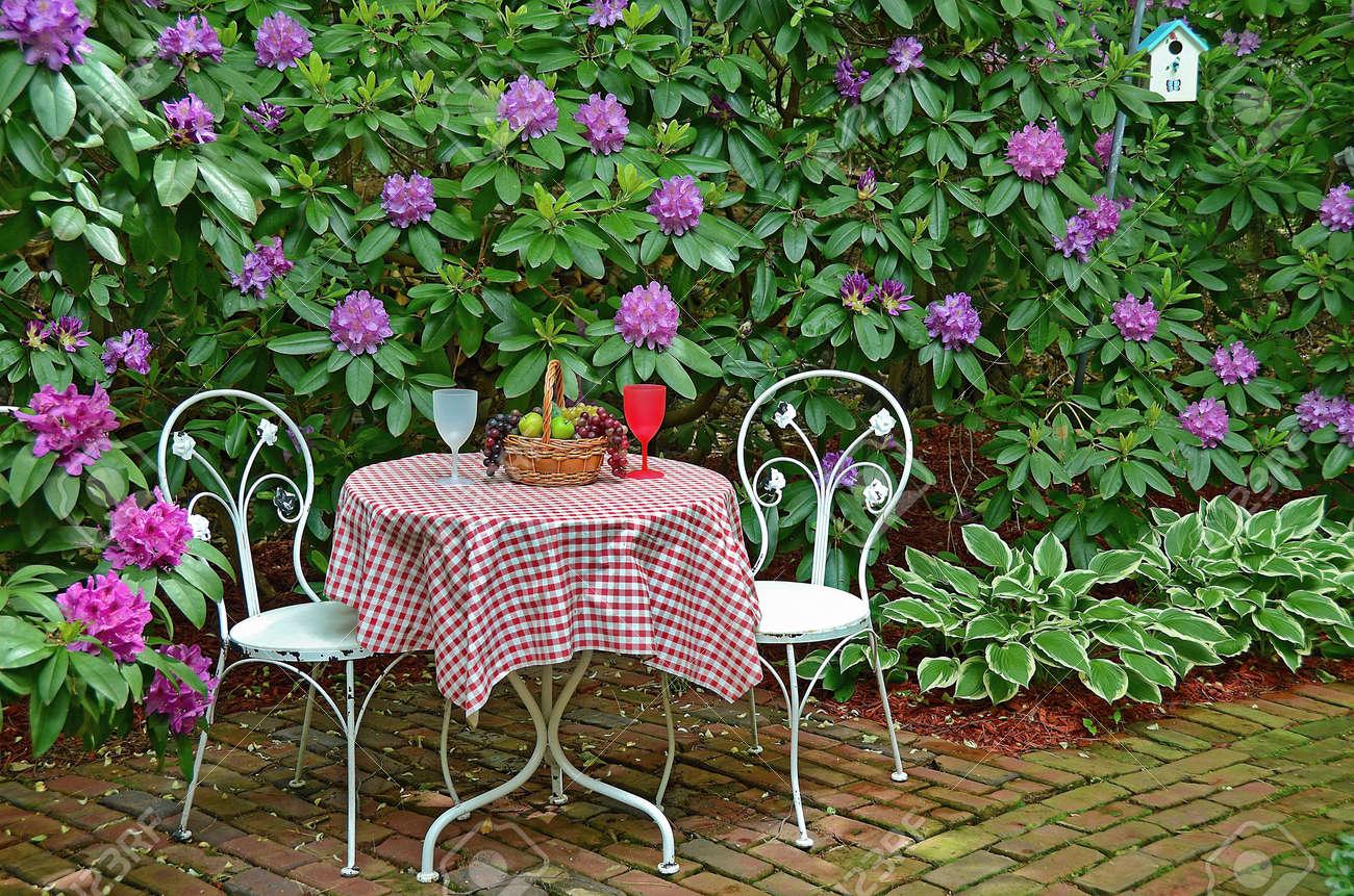 Tableau à l\'ancienne et des chaises sur jardin