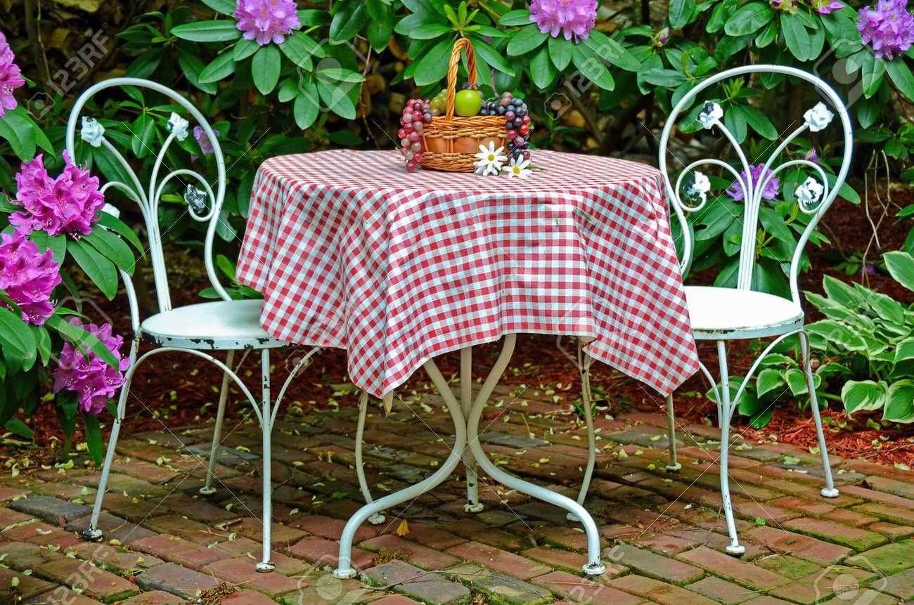 Tableau à l\'ancienne et des chaises dans le jardin