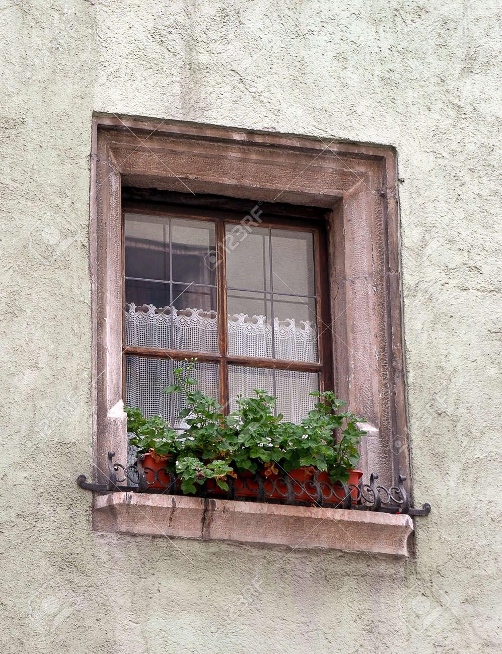 Alten Europaischen Haus Fenster Mit Blumenkasten Lizenzfreie Fotos