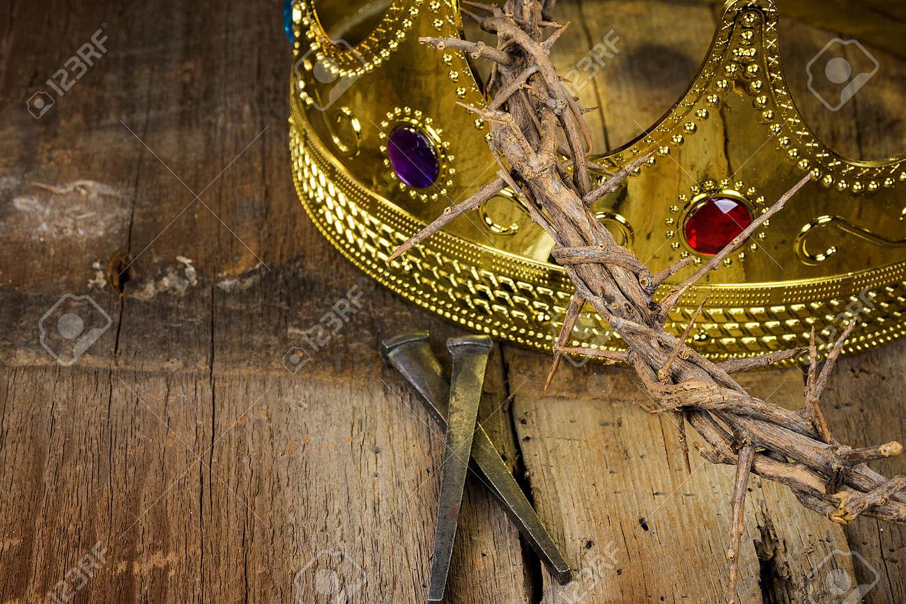 Corona De Oro Y Corona De Espinas Con Clavos Oxidados Sobre Madera