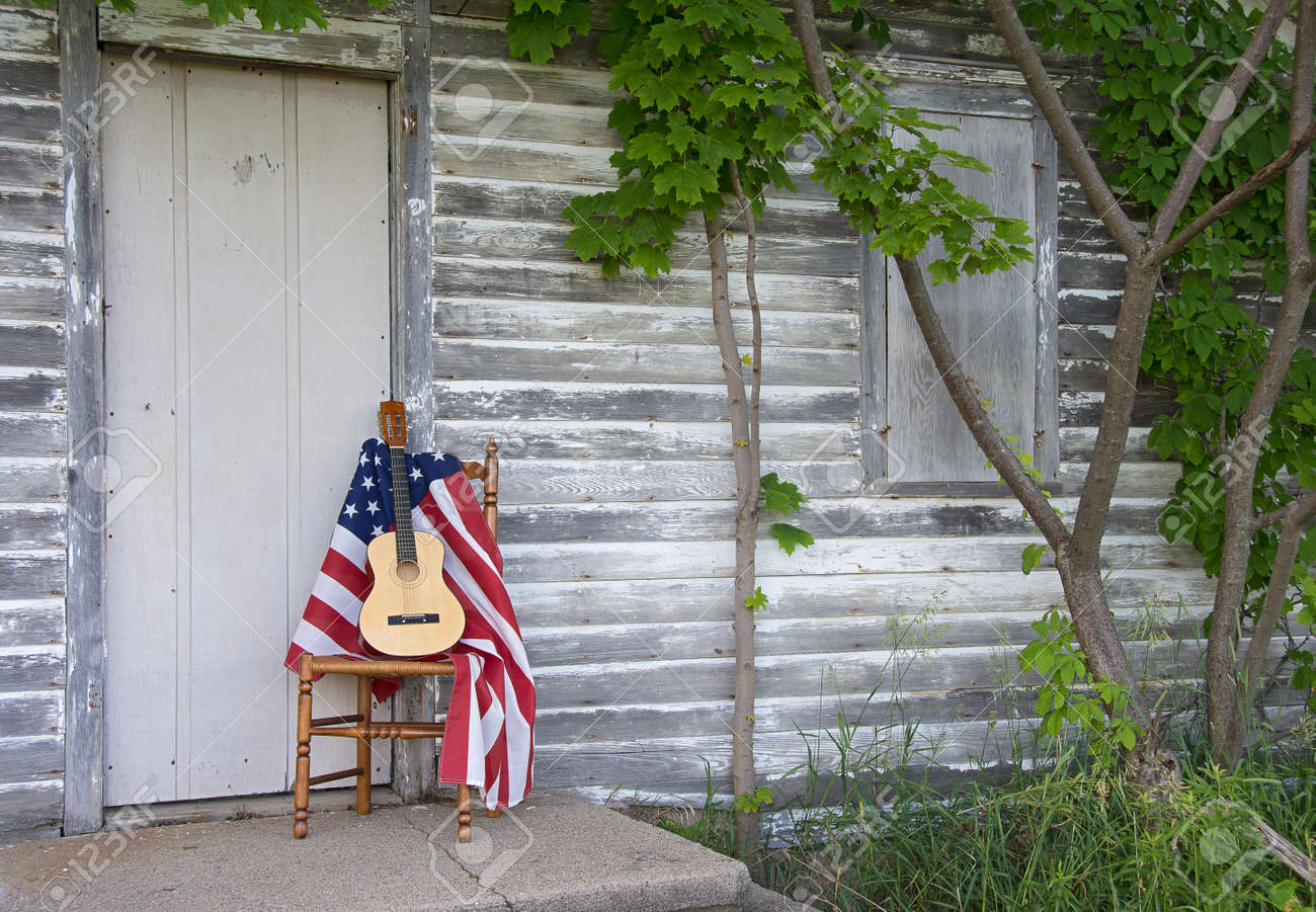 Amerikanische Flagge Und Gitarre Auf Holzstuhl Von Verwitterten