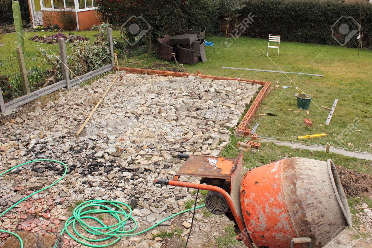 Der Aufbau Einer Großen Terrasse In Den Garten Eines Englisch ...