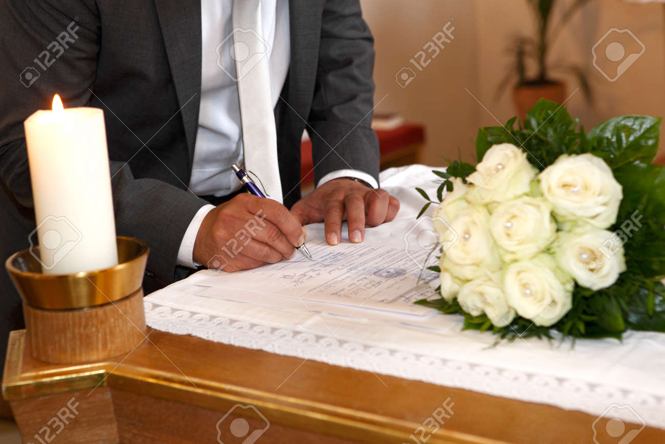 Groom signs the marriage contract Stock Photo - 27721614