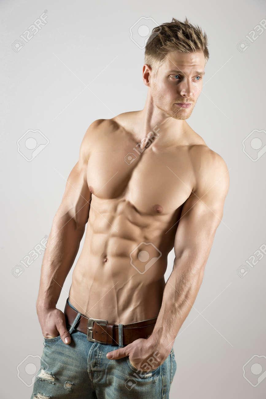 Junge Athete Mit Gut Trainierten Körper, Schauen Bauch-und ...