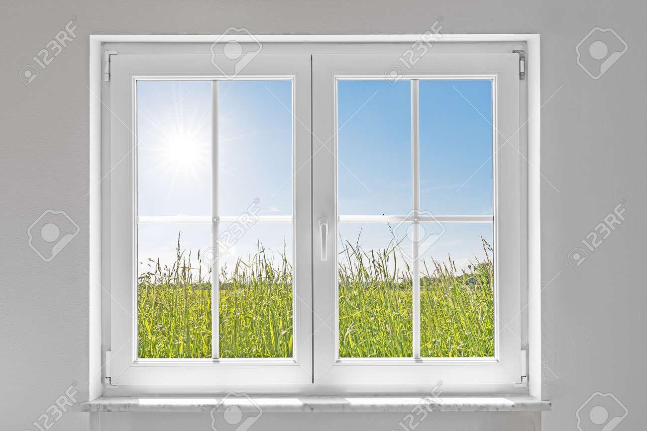 Bild einer weißen wand mit weißen geschlossenen fenster innen und ...