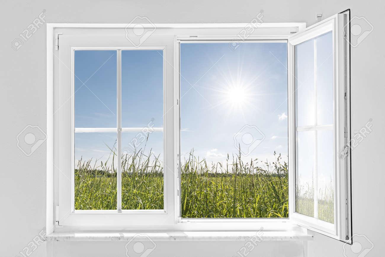 Fenster innen  Bild Einer Weißen Wand Mit Weißen Halboffenen Fenster Innen Und ...