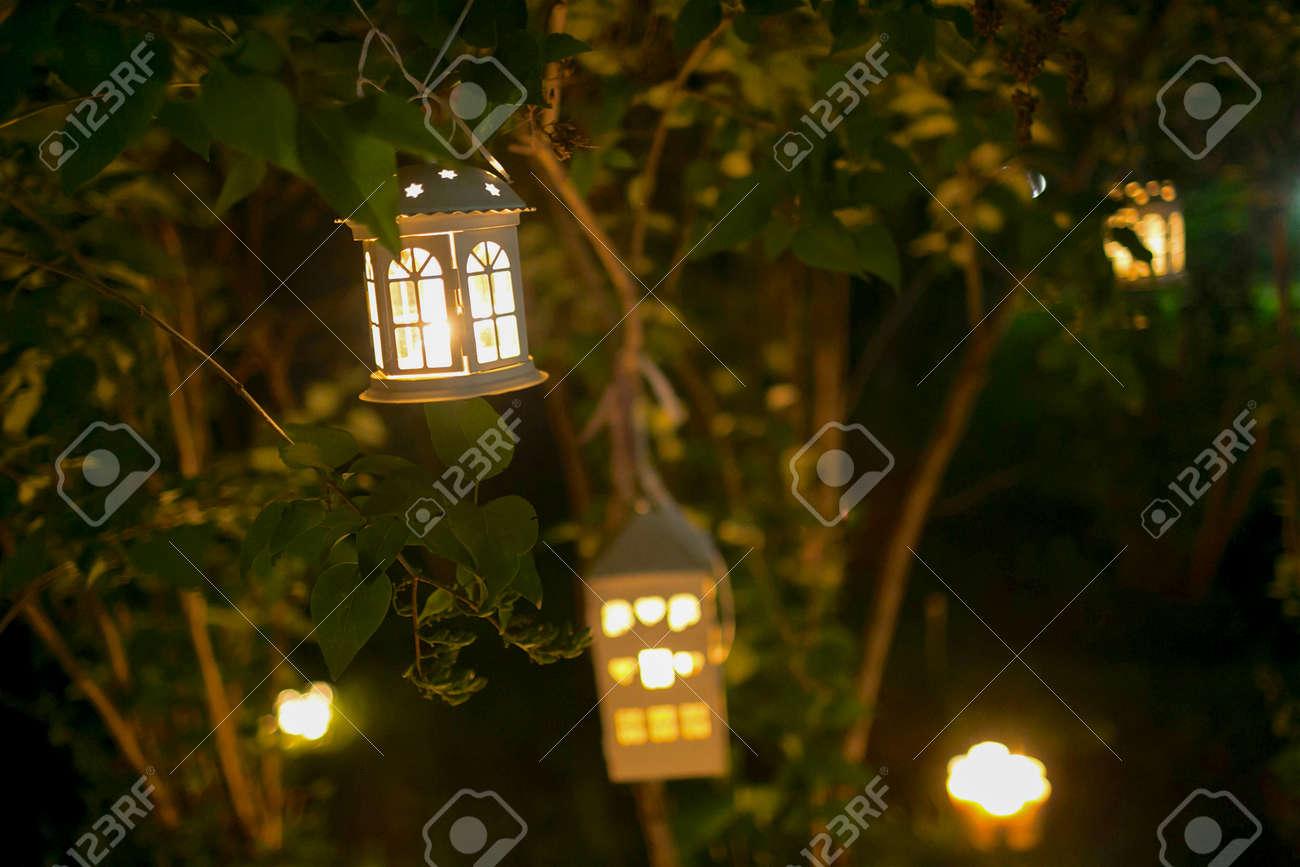 kerzen haus auf dem baum im garten am nigth mit unschärfe lichter