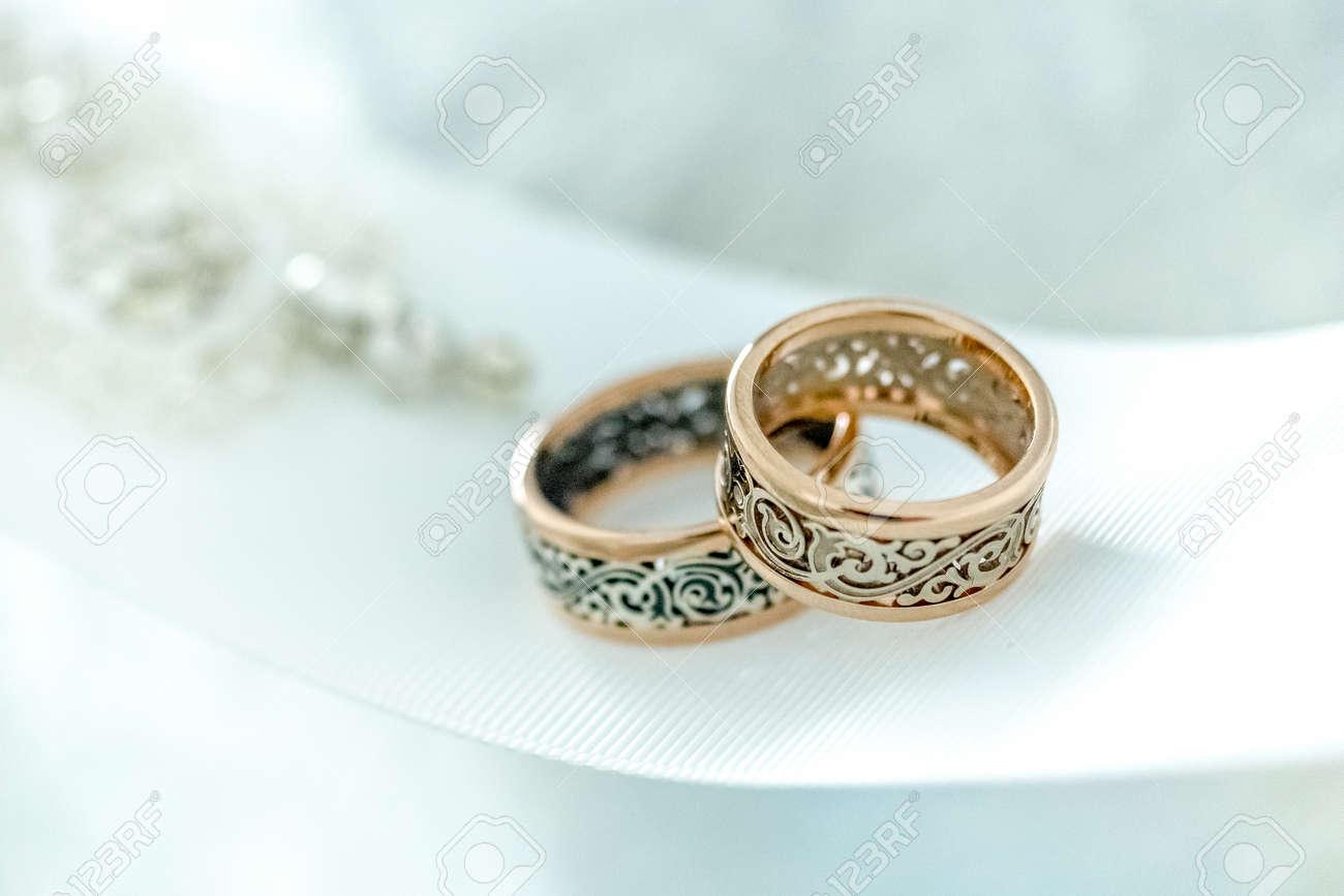 Zwei Goldene Hochzeit Ringe Mit Seltenen Design Auf Weissem Breiten