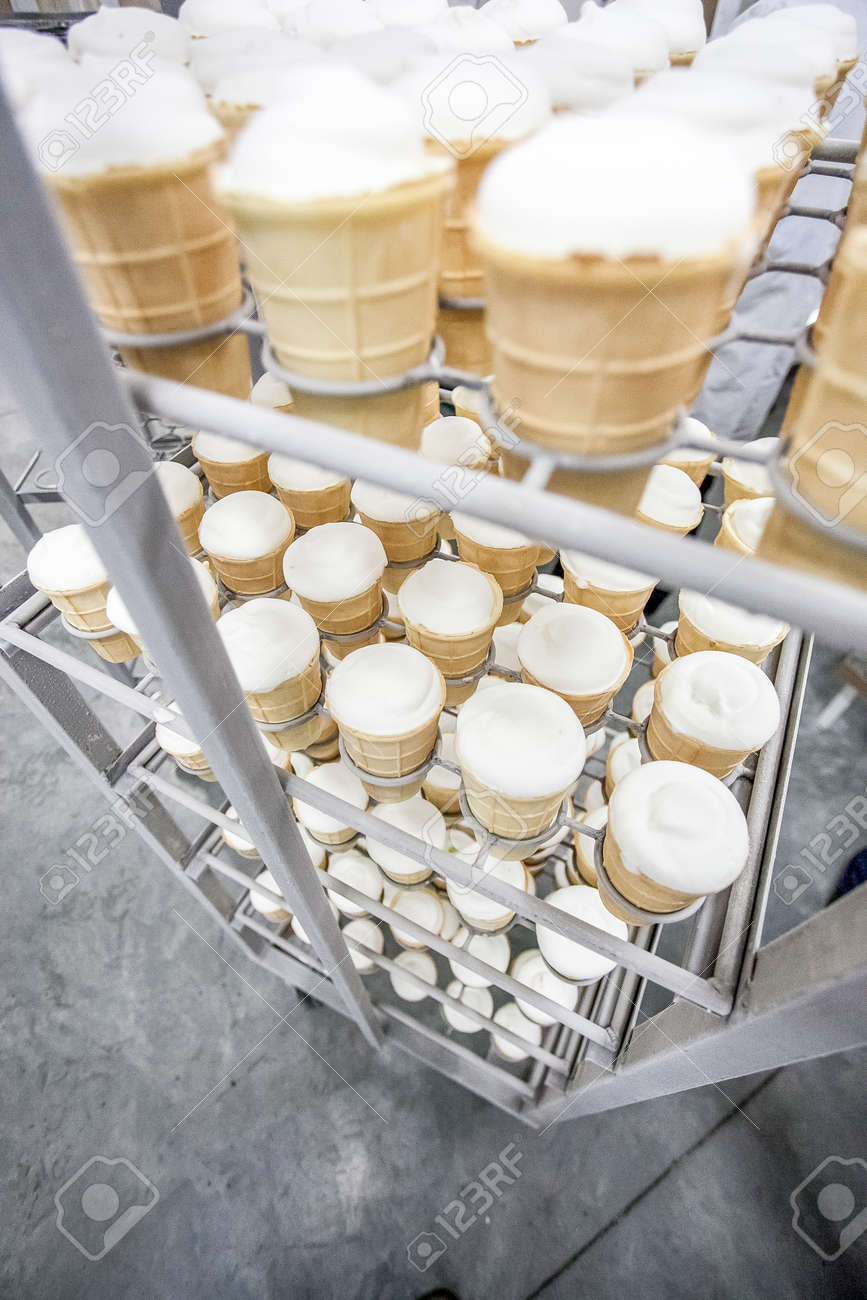 Eis Stehend Im Stapel In Milchfabrik Kühlschrank Bereit Für Die ...