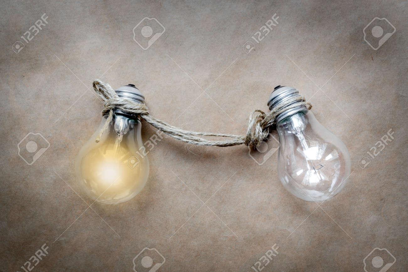 用紙の背景のアイデア イラスト点灯ランプのコンセプトをクローズ
