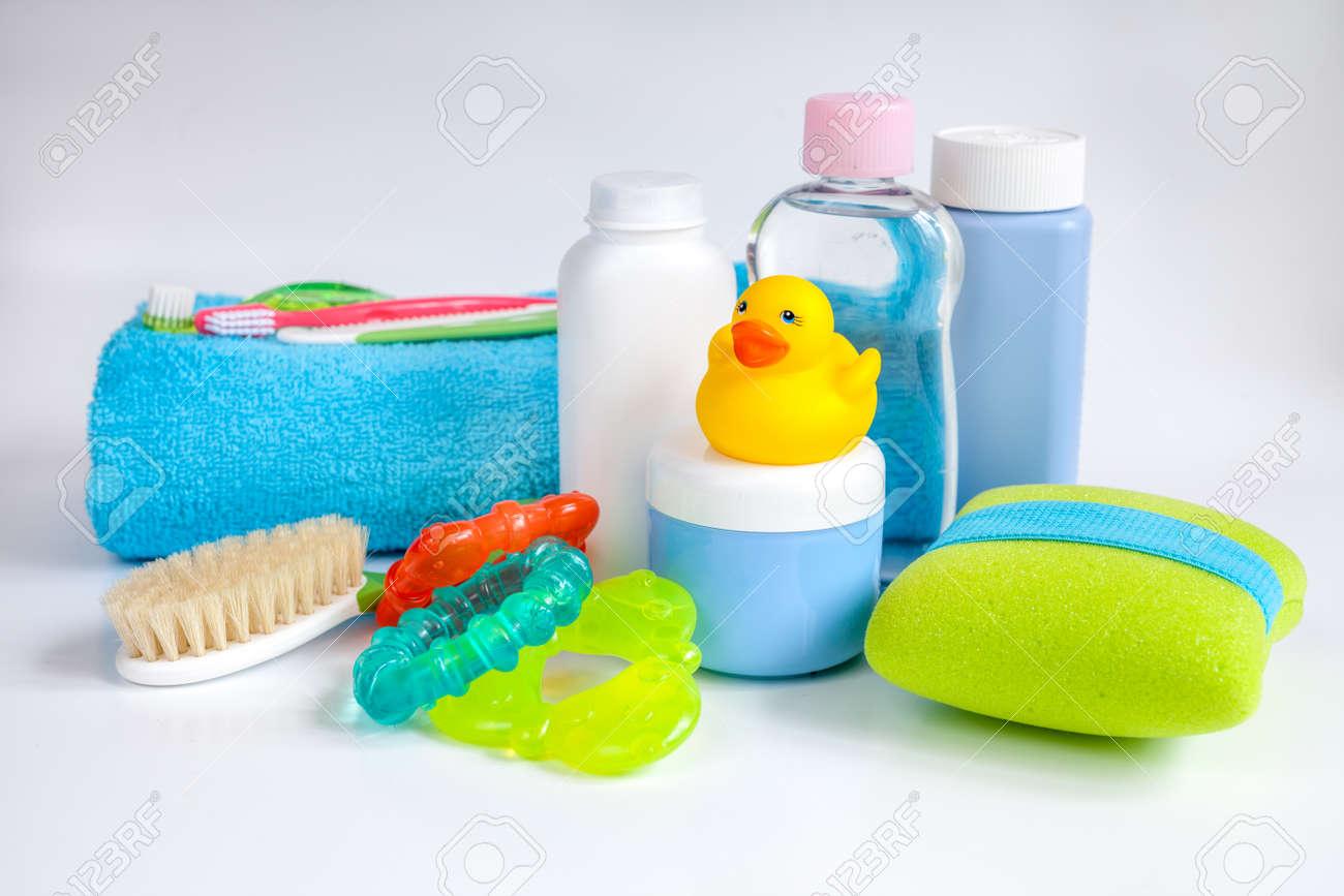 Accesorios para bebés para el baño con pato sobre fondo blanco foto de  archivo jpg 1300x866 5a3d7b82d3f8
