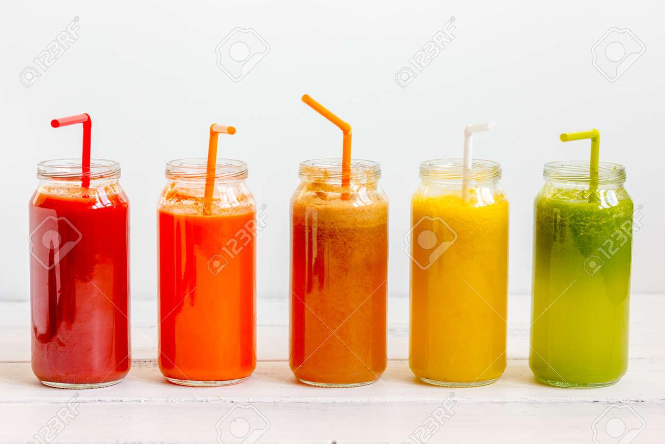 a793f5462a2a0 Banque d images - Jus de désintoxication fraîche dans des bouteilles en  verre en ligne sur fond blanc.