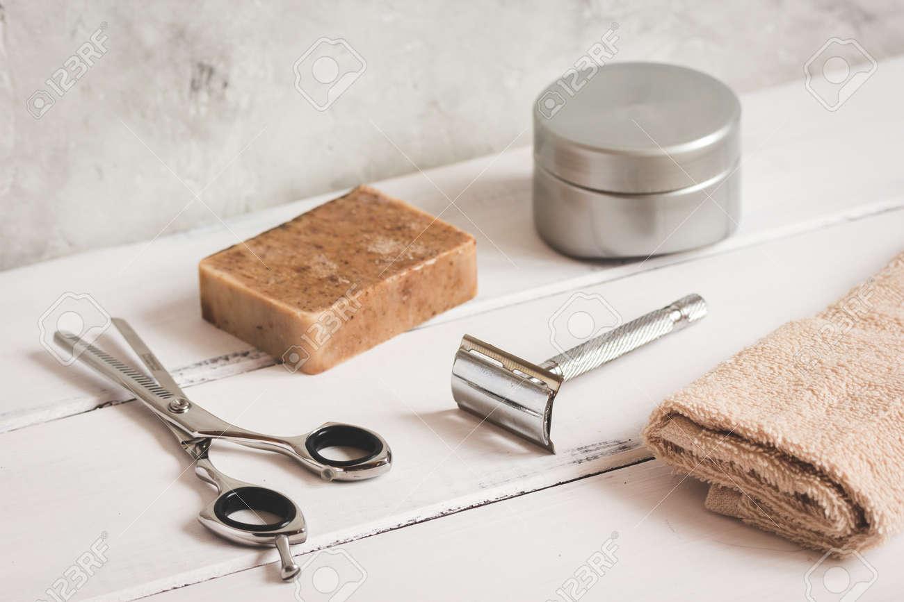 Mens coiffure bureau en bois avec des outils pour le rasage de