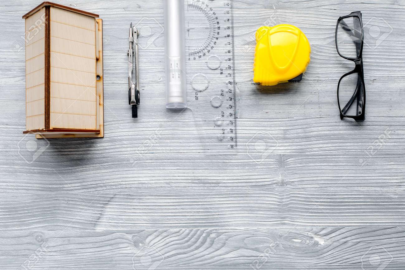Un bureau d architecte avec des lunettes une règle et des outils