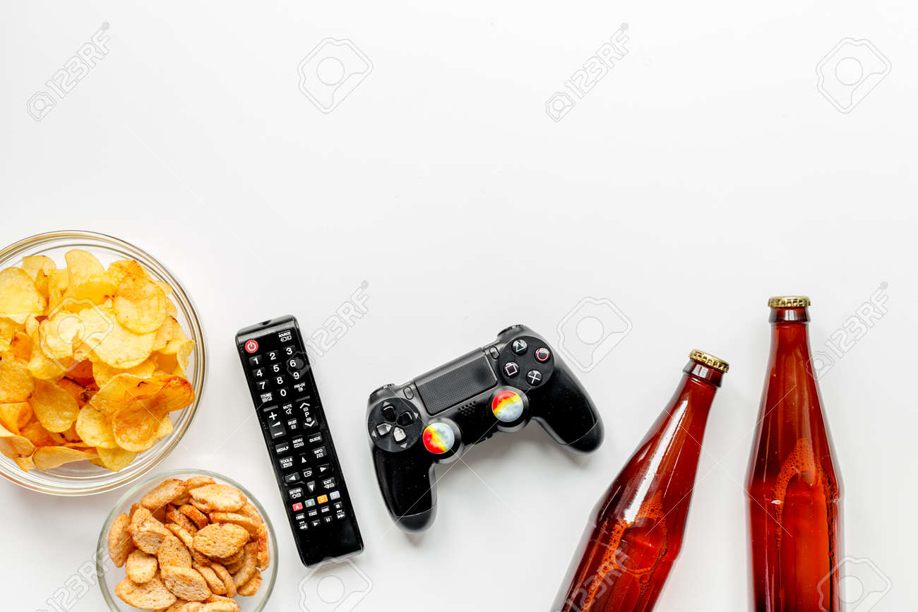 Tv Telecommande Collations Biere Sur Fond De Bureau Blanc Vue De