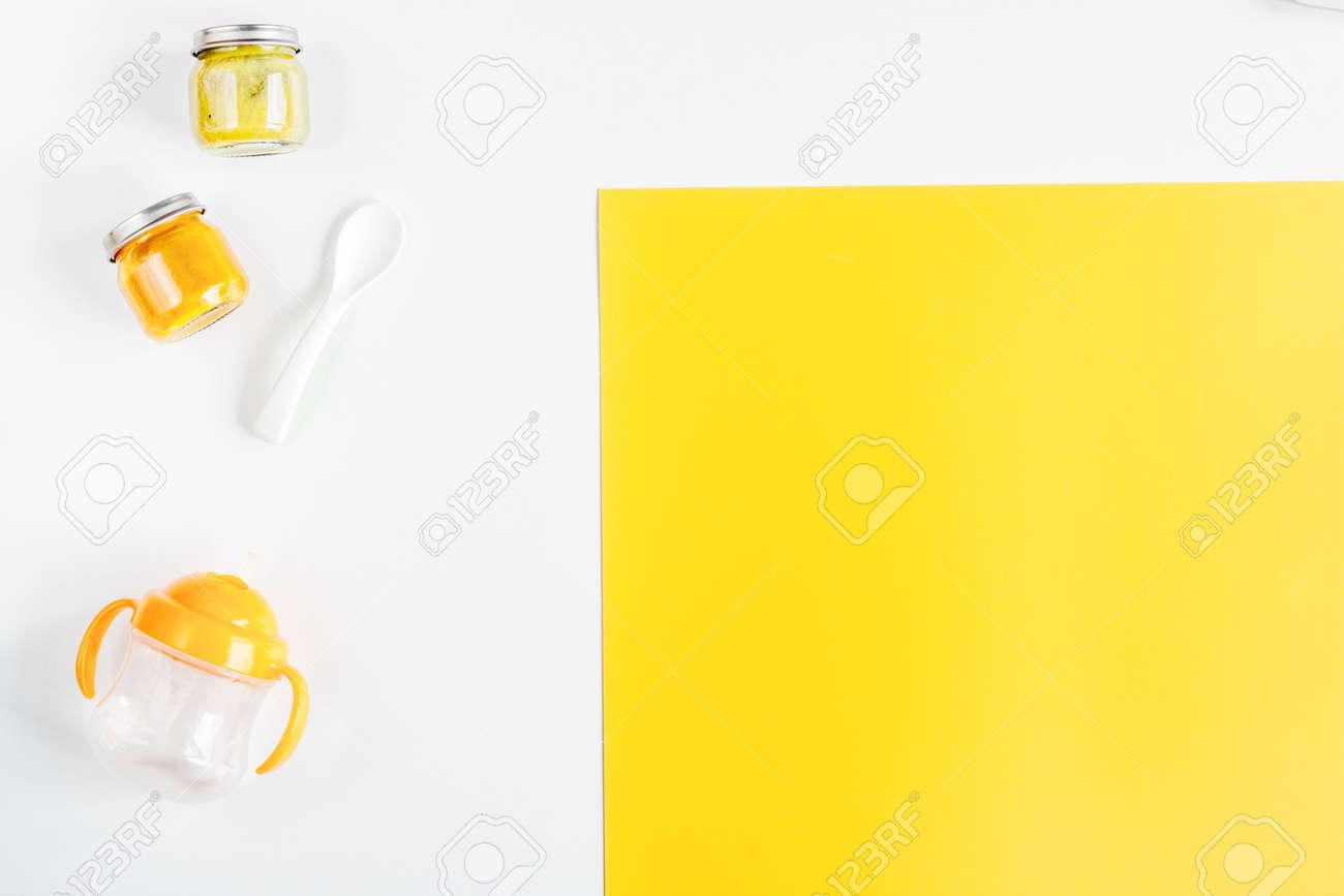Jeune enfant plat avec des jouets sur blanc et jaune coloré bureau
