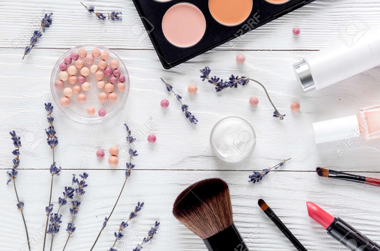 Maquillage ensemble avec des produits cosmétiques décoratifs pour