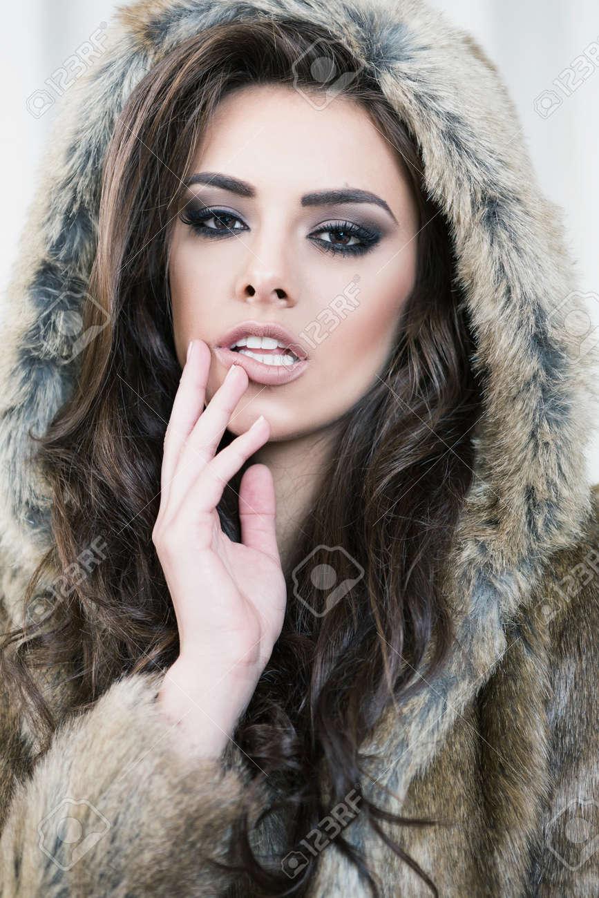Top Beauté Mannequin. Belle Femme Dans Le Luxe Brown Veste En Fourrure  PE22