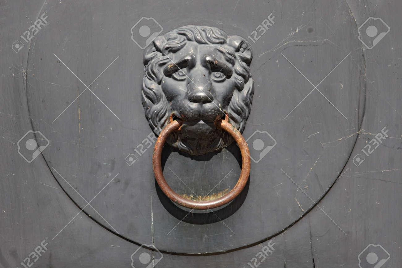 Parfait Banque Du0027images   La Poignée De Porte Ancienne: Lion Tenant Dans Une Bouche  Du0027un Anneau