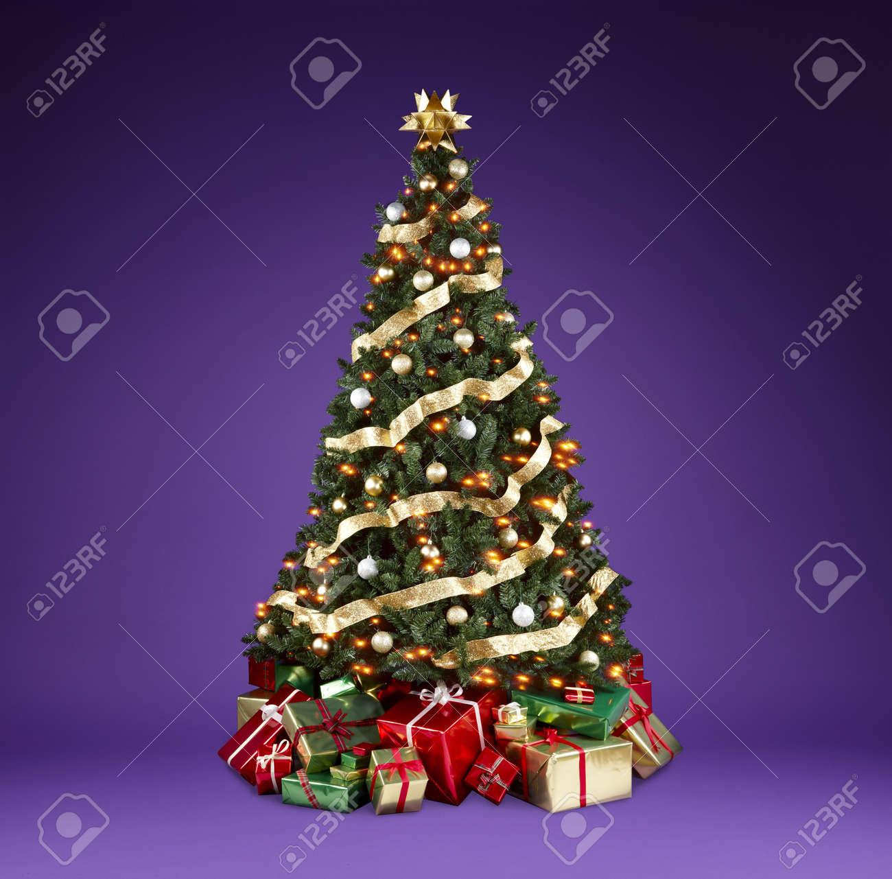 Bellamente Decorado De Arboles De Navidad Con Luces Cintas Y - Arboles-de-navidad-decorados