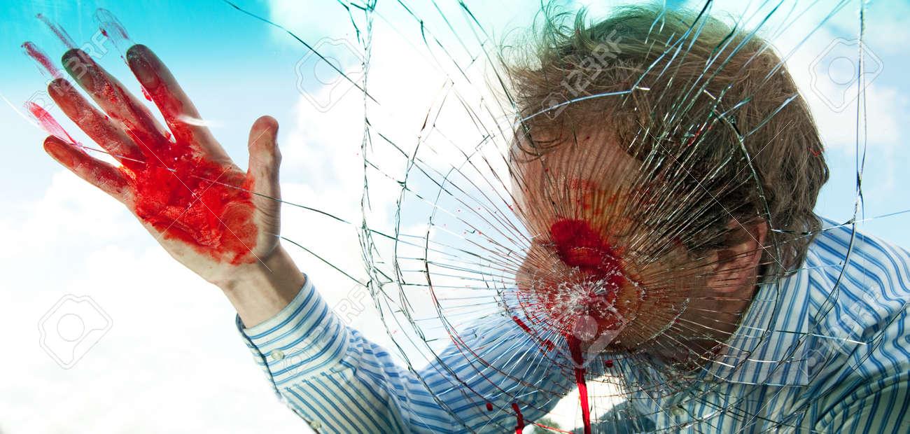 フロント ガラスを介して破壊さ...