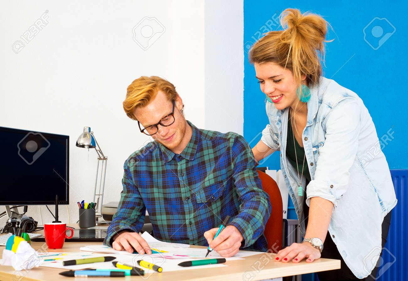 Twee creatieve ontwerpers werken aan een product innovatie het