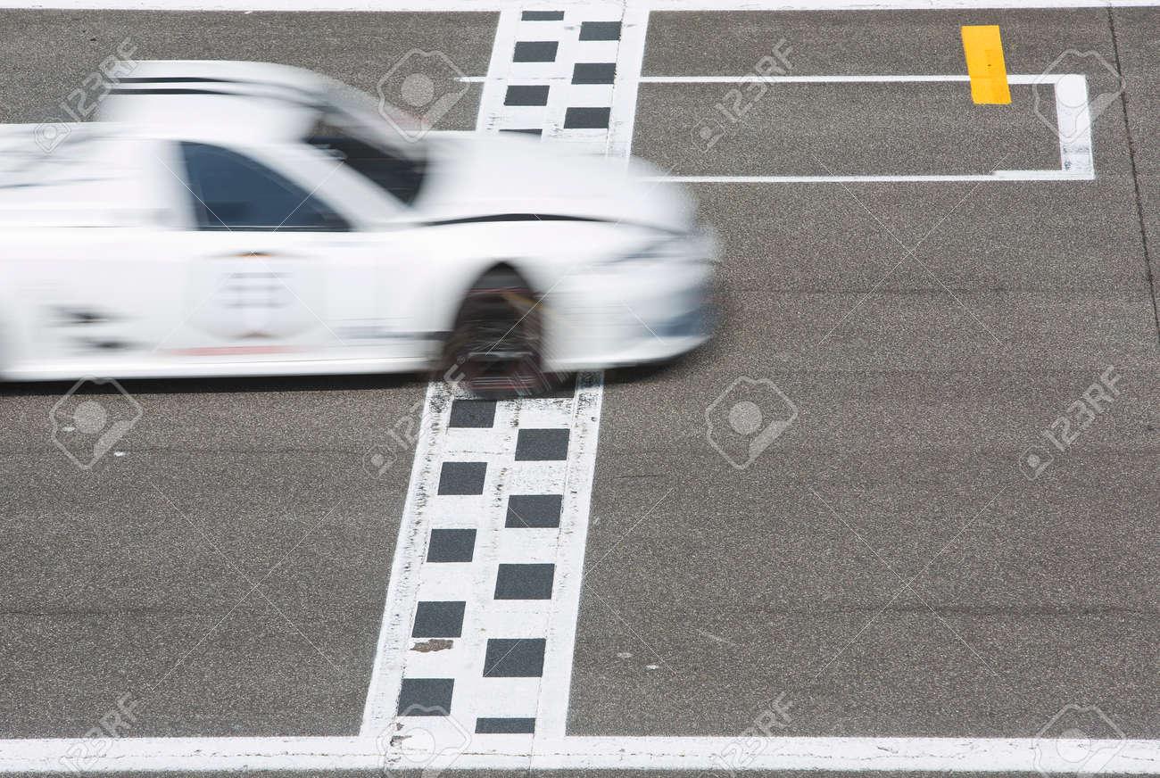 グリッド回路のストレート ストレッチで決勝線を渡るレースカー の写真 ...