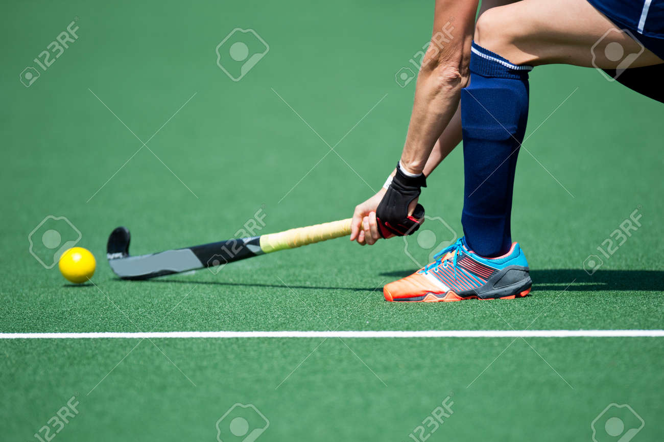 Field Hockey player, forcefully passing the ball to a tream mate Standard-Bild - 33153440