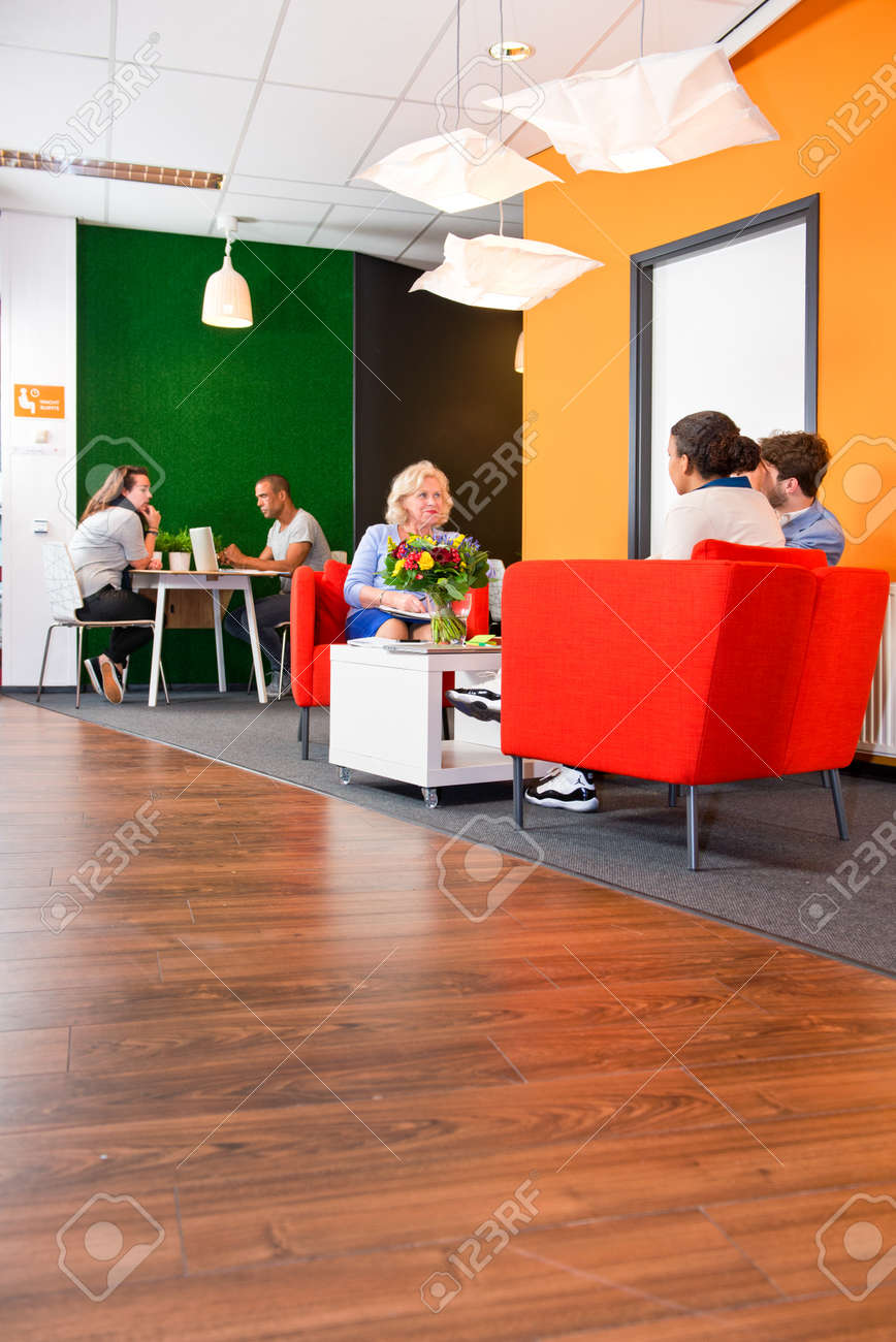 Moderne De Style, Salon Coloré D\'affaires, Avec Plusieurs équipes De ...