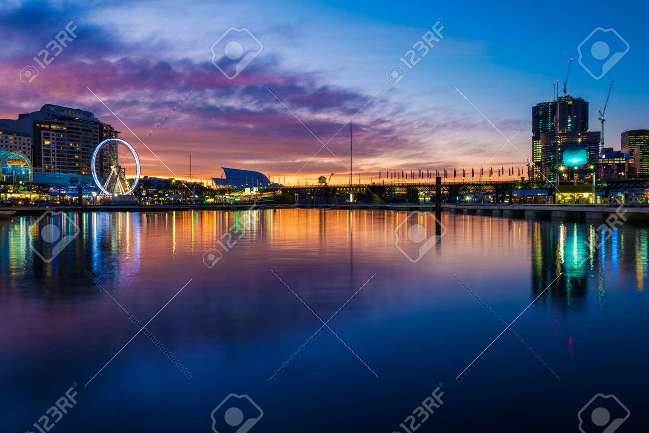 Darling Harbour in Sydney on a winters evening, with the highrise buildings being built, and the casino and amusement park on the left bank Standard-Bild - 45167778
