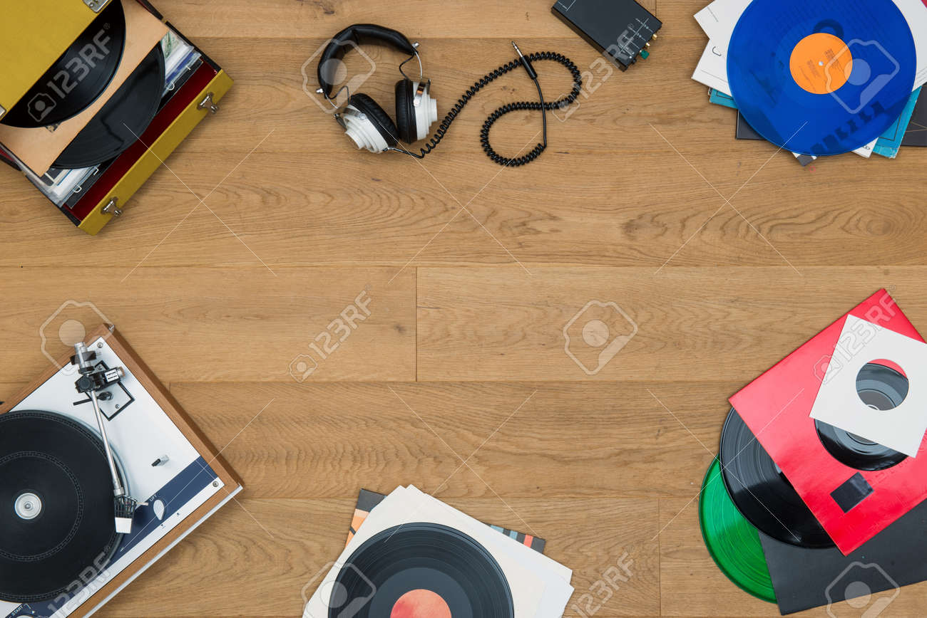 top view of assorted items, associated with vinyl records, record players, music, audio, listening, in a vintage retro style, with copy space in the middle of the image, seen from above Standard-Bild - 48989223