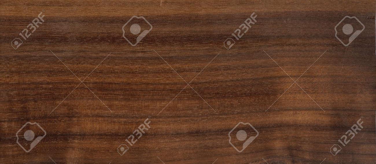 Noce è un tipo molto interessante di legno per tavoli.