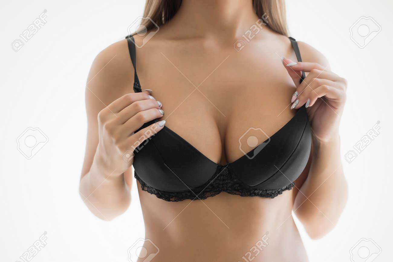 Mädchen zeigt ihre Brüste